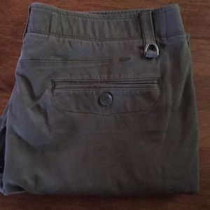 Men's like new under Armour military green pants!